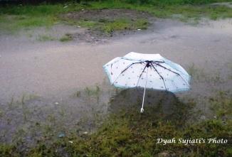 payung terbawa angin, met jalaan :D